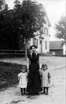 Gerlikon Dame mit Kindern vor Schulhaus um 1910